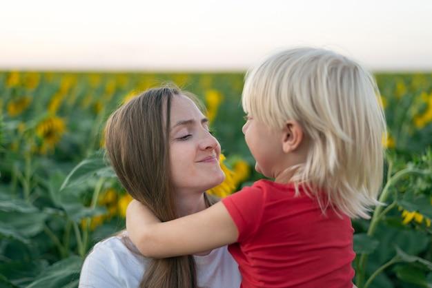 엄마와 아들은 해바라기 밭에서 서로를 찾습니다.