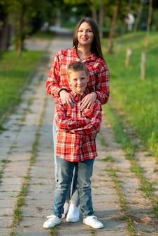 걷는 동안 공원에서 트랙에 엄마와 아들. 어떤 목적을 위해.