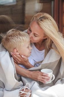 Мама и сын проводят время вместе