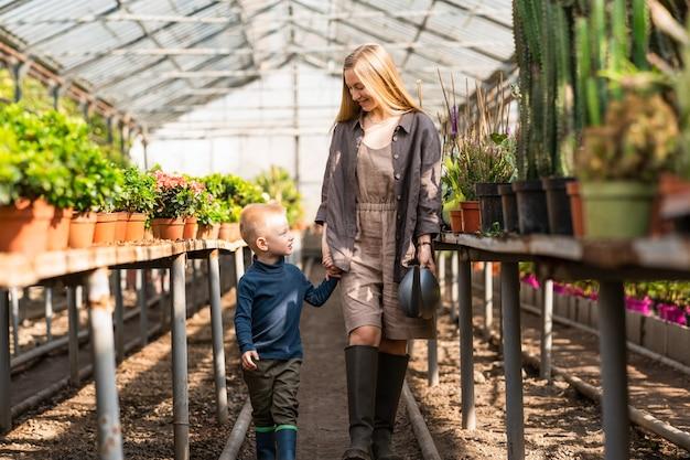 엄마와 아들은 식물이 있는 온실에서 산책