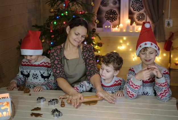 ママと息子がクリスマスにジンジャークッキーを作る