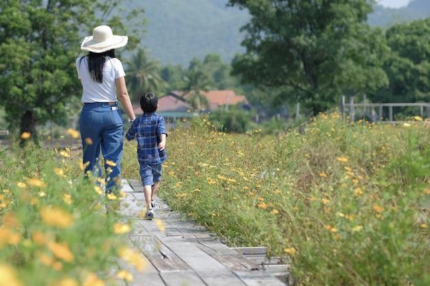 자연 속에서 걷는 엄마와 태양