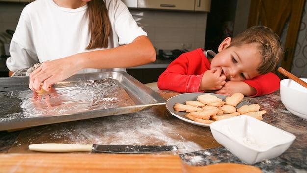 Мама испекла ребенку рождественское печенье.