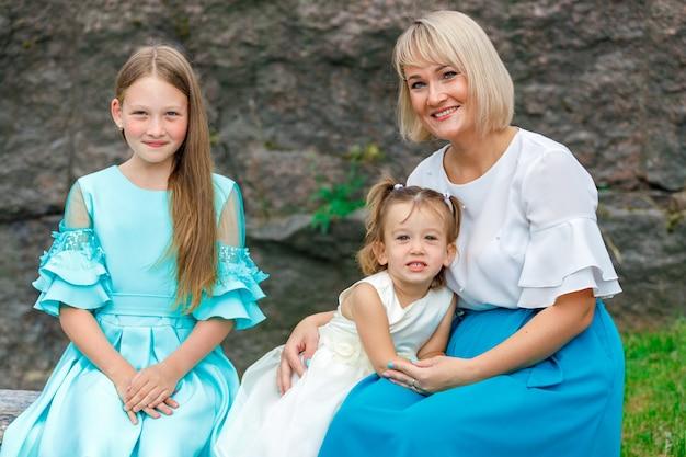 天気の良い夏の公園で娘と金髪のお母さん。グループポートレート