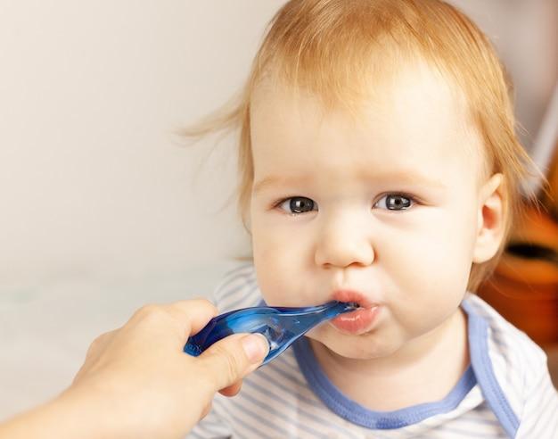 ママは赤ちゃんの歯を磨きます。口腔ケア。最初の歯。歯が生える。赤ちゃんのケア。