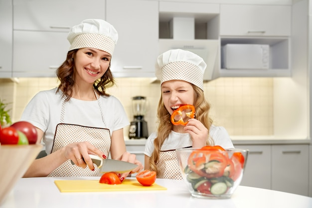 ママカット野菜、コショウのスライスを噛む娘。