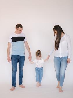 スタジオを歩いているママのお父さんと娘