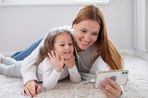 Мама делает семейный видеозвонок со своей дочерью