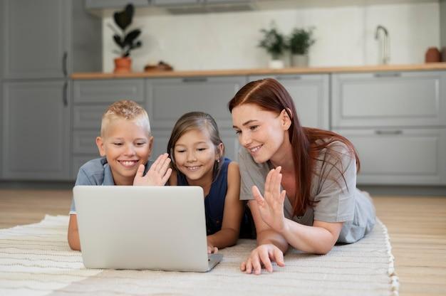 Мама делает семейный видеозвонок со своими детьми