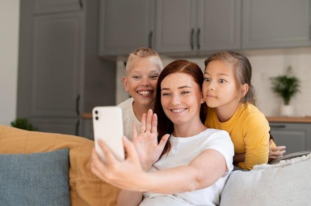 子供と家族のビデオ通話をしているお母さん