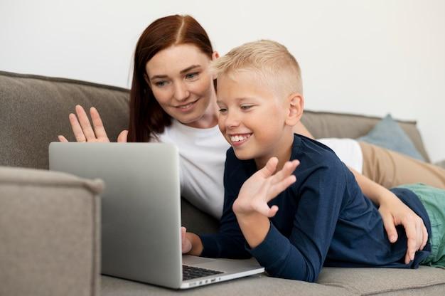 息子と家族のビデオ通話をしているお母さん