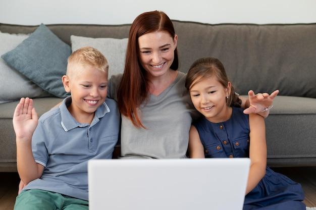 Mamma fa una videochiamata di famiglia con i suoi figli