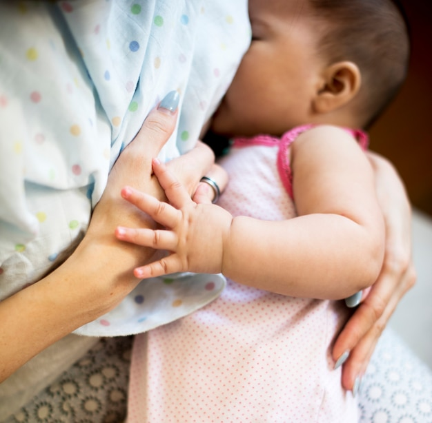 그녀의 아기를 먹이 엄마