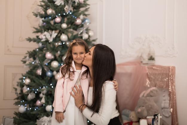 Мама дает любимой дочке провести вместе время на рождественских каникулах.
