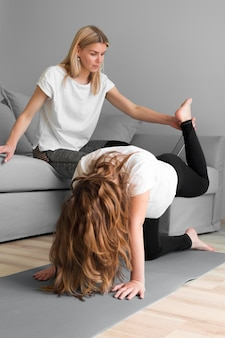 Мама помогает девушке на тренировку