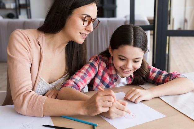 Мама помогает дочери рисовать