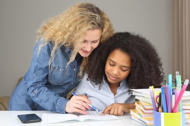 ママは娘が学校に行ってレッスンをするのを手伝います