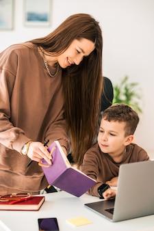 Мама помогает сыну с домашним заданием