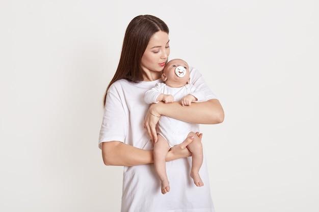 Мама держит ребенка на руках и подбадривает ее
