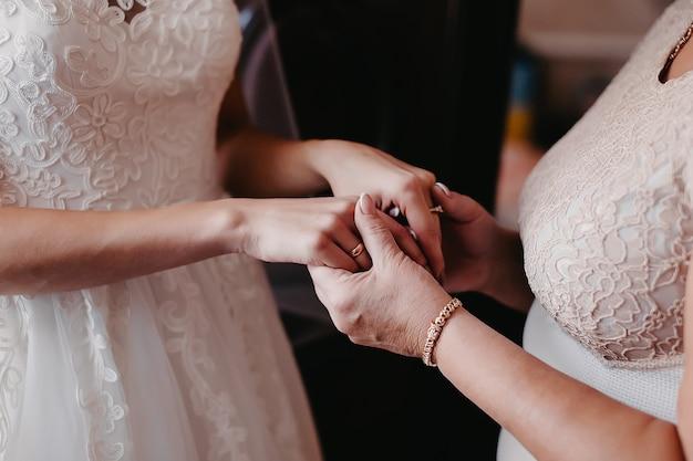 ママは結婚式の日に娘の手を握ります