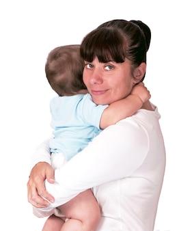 ママは赤ちゃんを抱きしめます。白い背景の上の赤ちゃんにキス幸せな若い母親