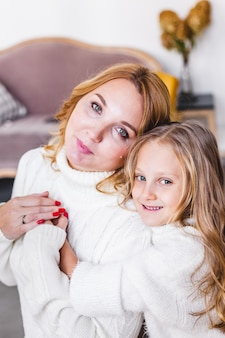 Мама обнимает дочку яркий интерьер