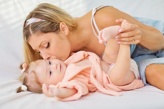ママは赤ちゃんのクローズアップを抱擁します。母と子