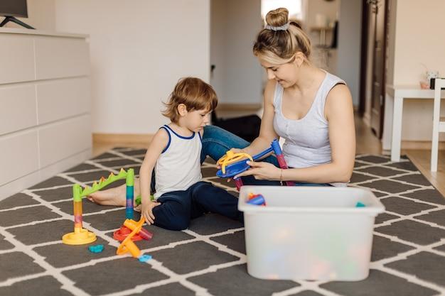 게임 형태의 엄마는 3 세 어린이의 구성을 가르치고 사고력을 개발합니다. 가정에서의 교육.