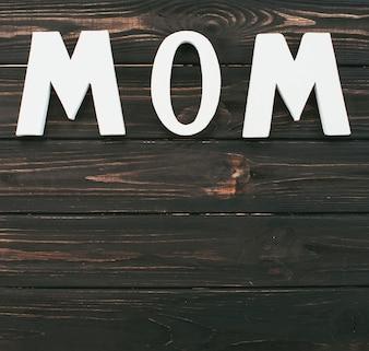 木製のテーブルにママの碑文