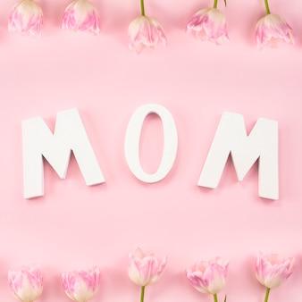 Мама надпись с тюльпанами на столе