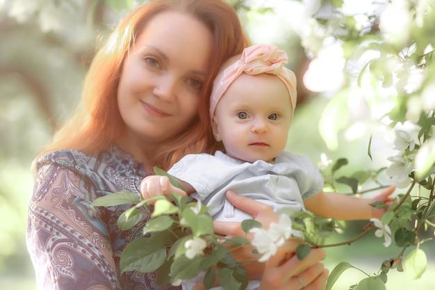 엄마는 항상 가까이에 있습니다. 자연 속에서 엄마와 딸입니다. 고품질 사진