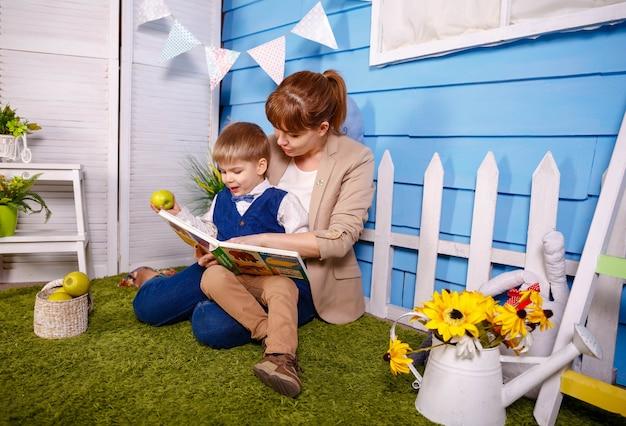 엄마는 집에서 취침 시간 이야기를 읽고 있습니다. 베이비 시터, 유모
