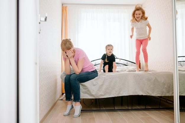 ママは騒々しい子供にうんざりしています