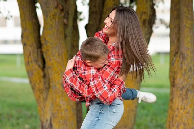 お母さんは、元気に笑い、息子を一周し、腕に抱きました。あらゆる目的のために。