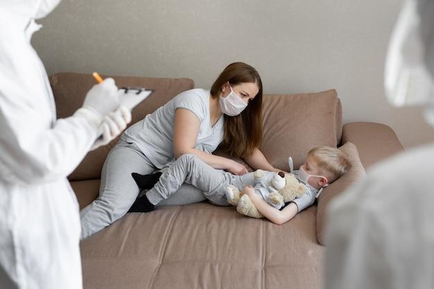 엄마는 아기의 체온을 측정합니다