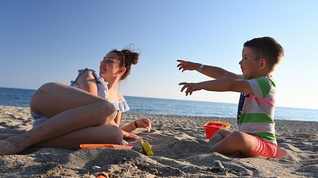 海で子供と休暇中のお母さん