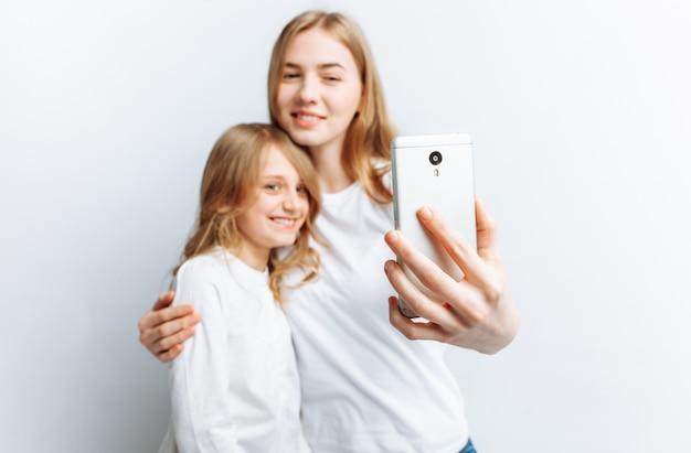 ママや姉が自分撮りをする少女、幸せな家族
