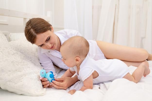 집에서 아기와 함께 노는 엄마