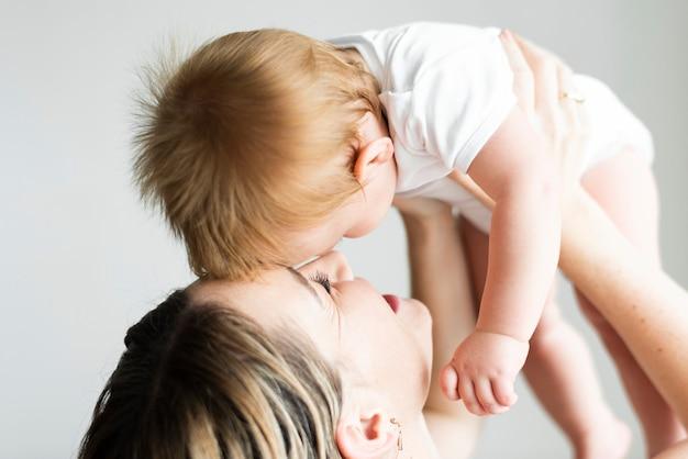 그녀의 아기와 함께 노는 엄마