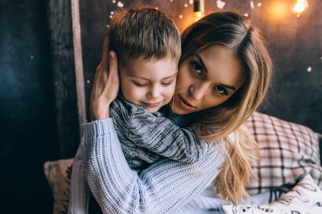 居心地の良いリビングルームで息子と遊ぶお母さん