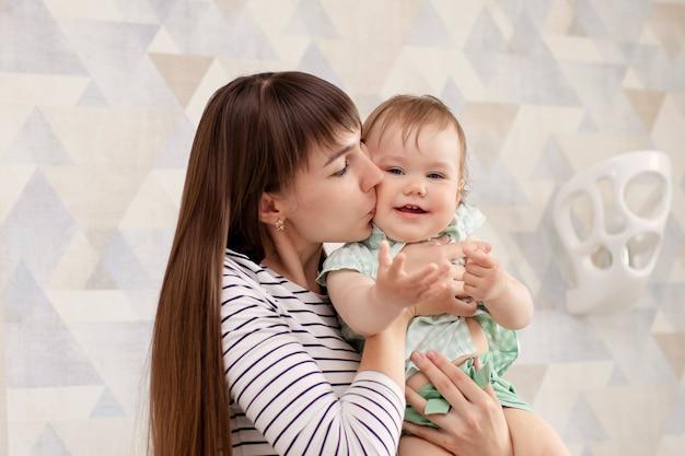 Мама играет со своей дочерью дома