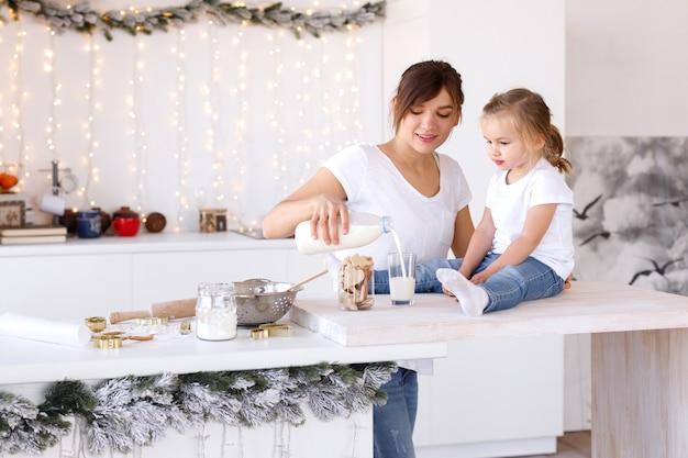 그녀의 딸을 위해 우유를 붓는 엄마