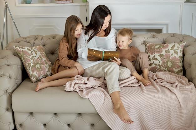 Мама читает книгу детям