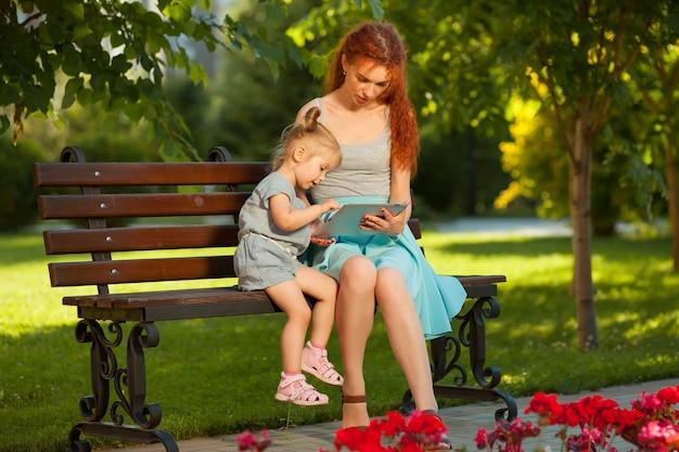 ママはタブレットで子供を見せます