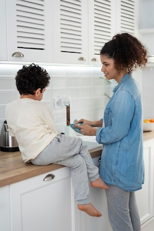 息子と一緒にお皿を洗うお母さん