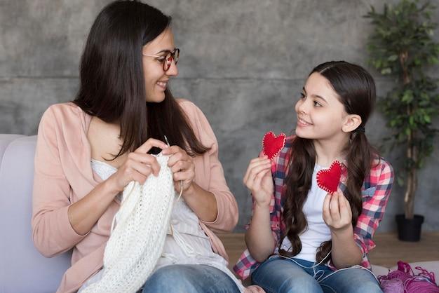 女の子を見せるために編むママ