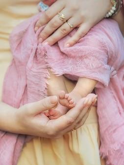 Мама с новорожденным ребенком на руках. выборочный фокус. люди.
