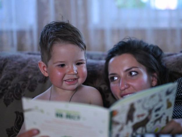 Мама с маленьким сыном читает книгу