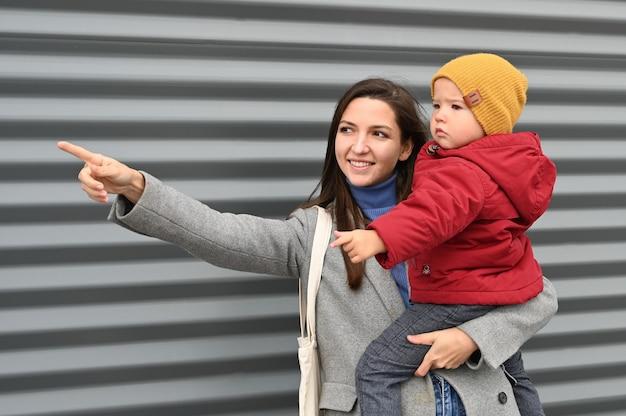 Мама с младенцем на сером
