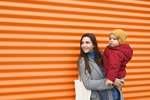 Мама с младенцем на апельсине